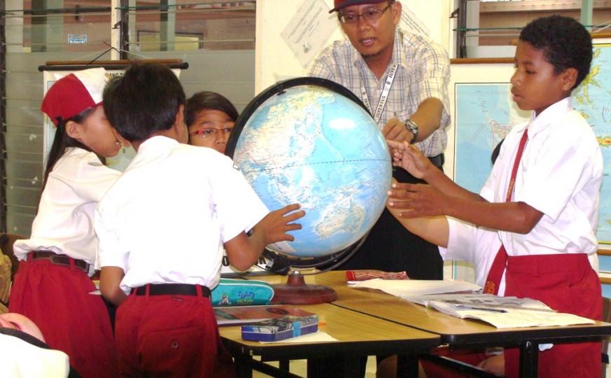 mengajar-anak-geografi.jpg