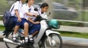 pelajar smp naik motor