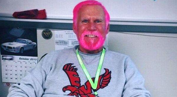 Karena Kalah Taruhan Rambut Guru ini Jadi Pink