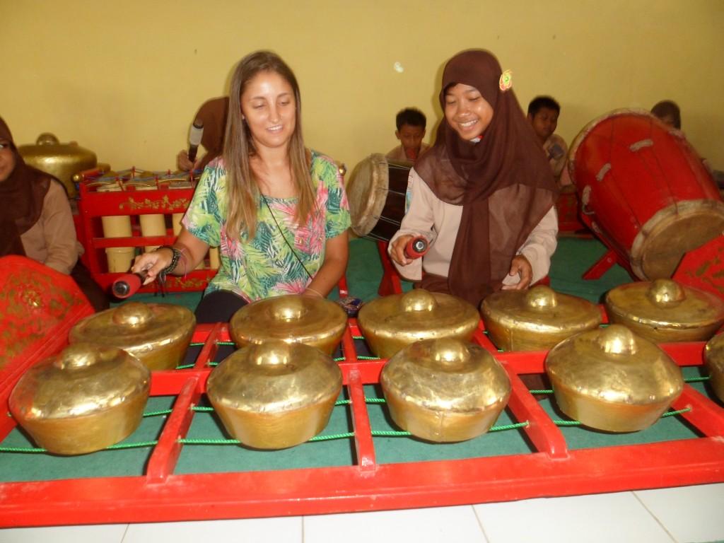 Debora Fatin Macin, mahasiswa asal Brasil sedang belajar Gamelan di SMPN 2 Balongpanggang, Gresik